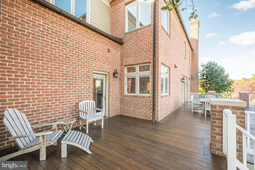 Full length deck - 16311 BARNESVILLE RD, BOYDS