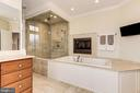 Separate tub and shower - 16311 BARNESVILLE RD, BOYDS