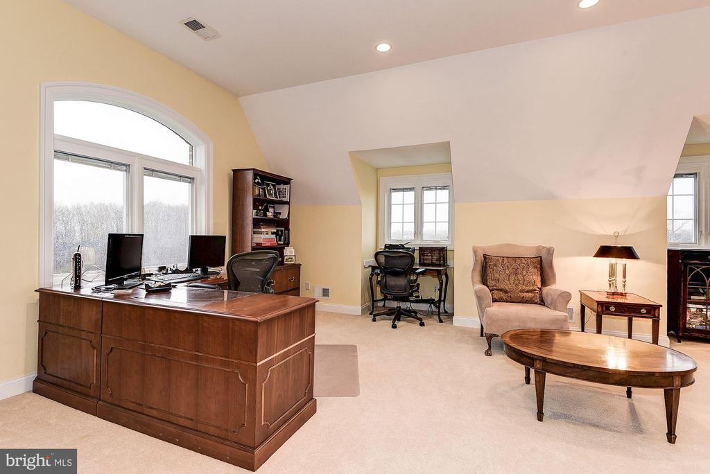 Spacious area  with many options - 16311 BARNESVILLE RD, BOYDS
