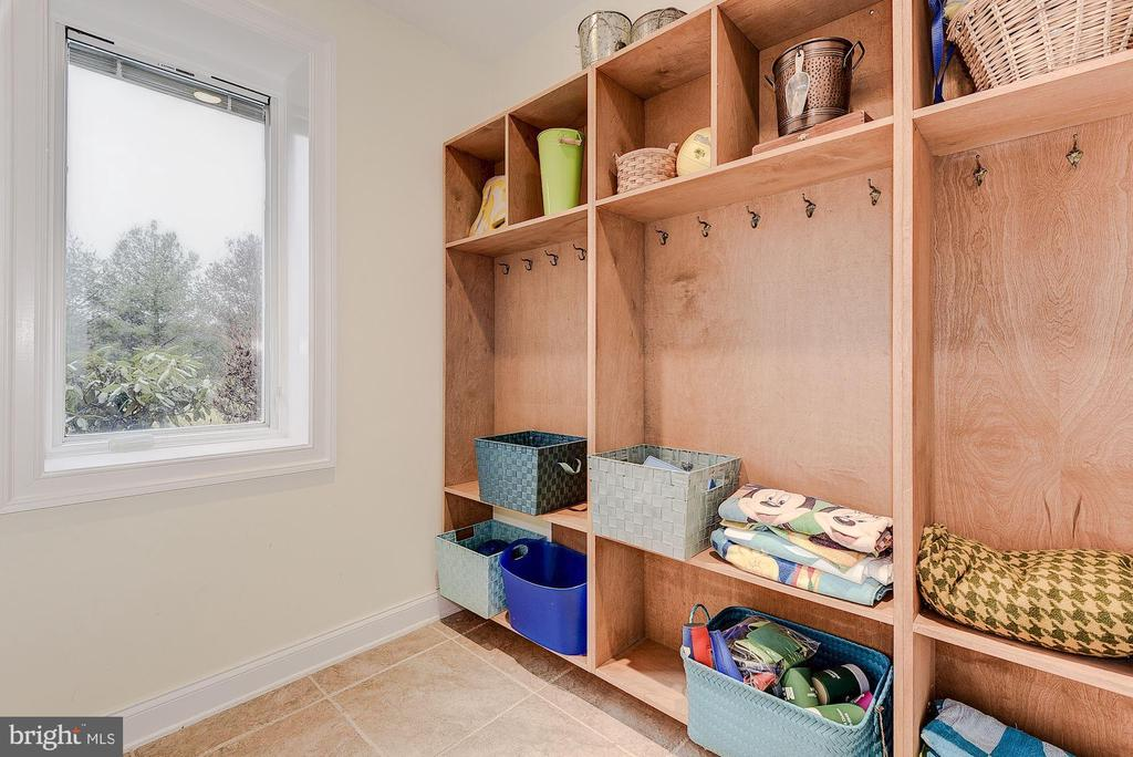 Changing room with storage - 16311 BARNESVILLE RD, BOYDS