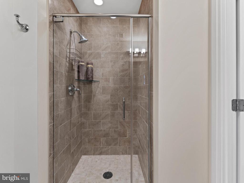 Full Hallway Bath - 8220 CRESTWOOD HEIGHTS DR #511, MCLEAN