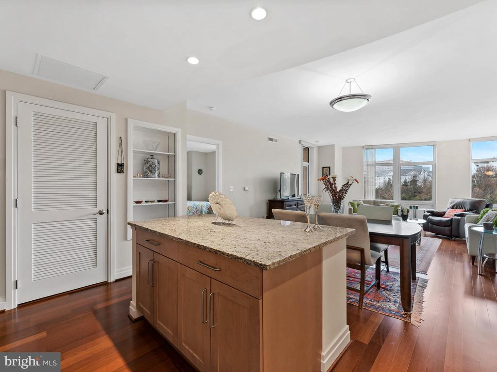 Island - 8220 CRESTWOOD HEIGHTS DR #511, MCLEAN