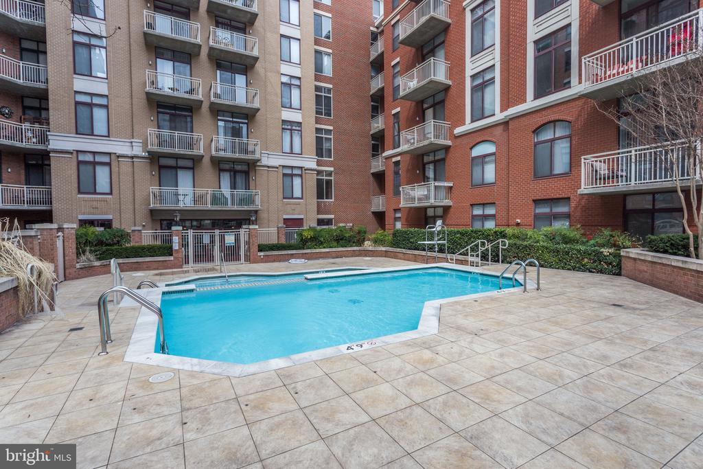 Outdoor pool - 1201 N GARFIELD ST #803, ARLINGTON