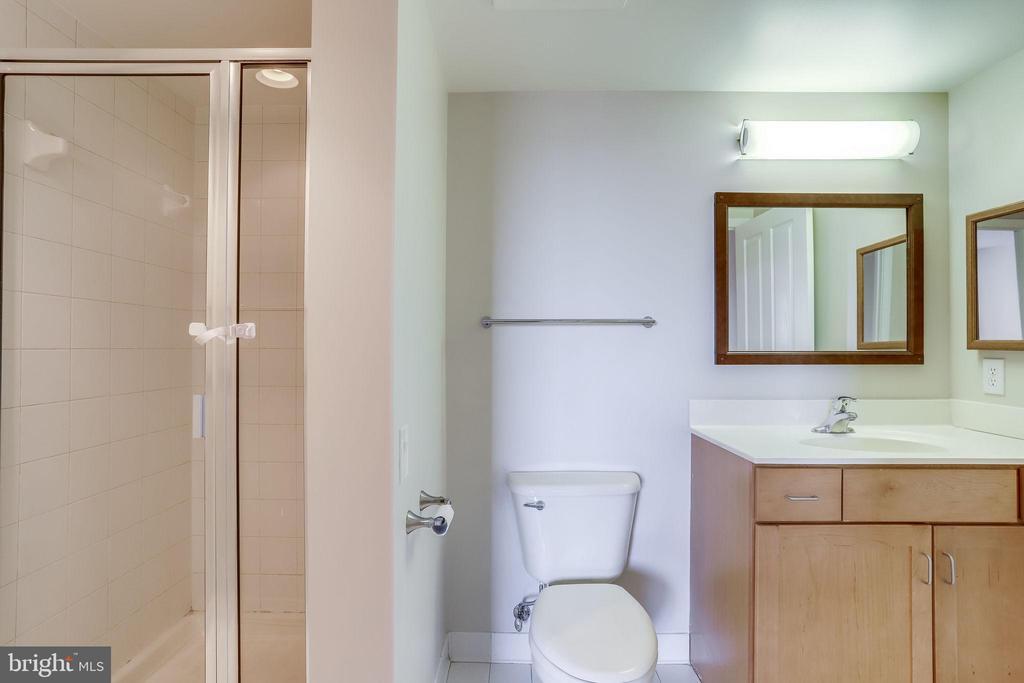 full bathroom - 1201 N GARFIELD ST #803, ARLINGTON