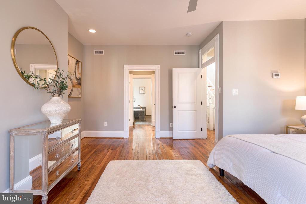Owner's Bedroom in En Suite Bathroom - 950 WESTMINSTER ST NW, WASHINGTON