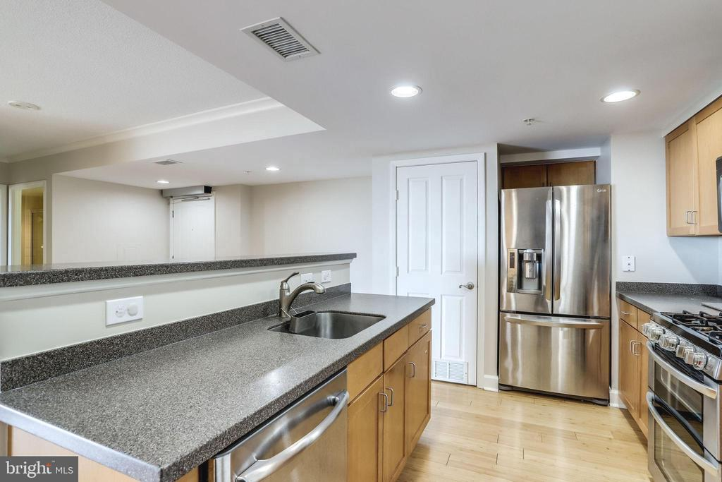 Gourmet kitchen w/ breakfast bar - 1201 N GARFIELD ST #803, ARLINGTON