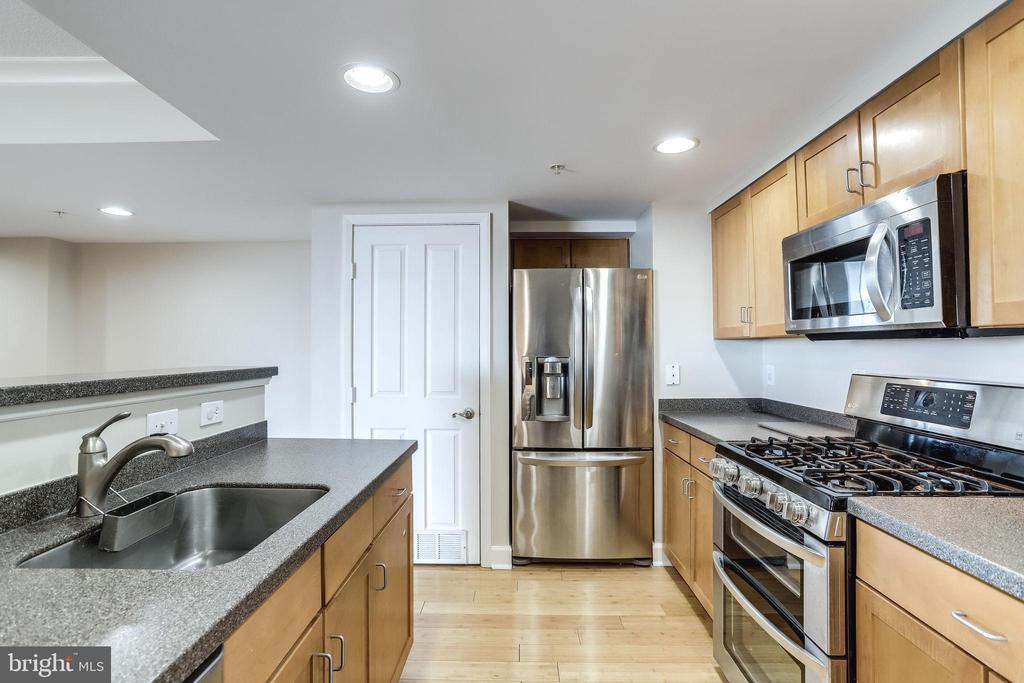 Stainless steel appliances - 1201 N GARFIELD ST #803, ARLINGTON