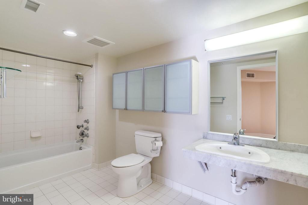 Master bathroom - 1201 N GARFIELD ST #803, ARLINGTON