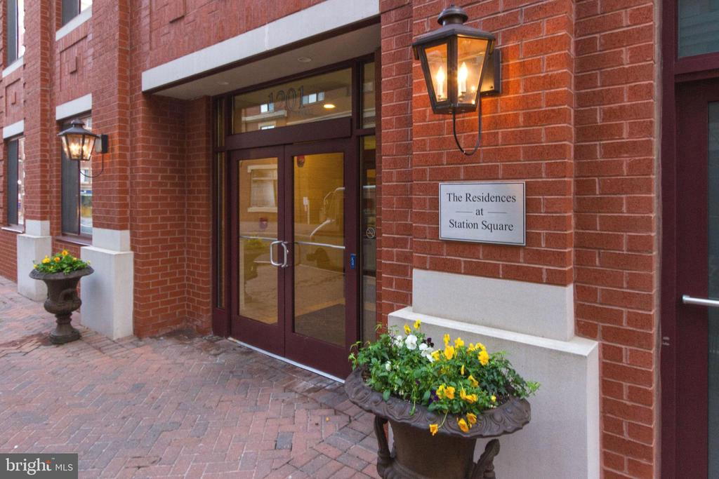 Welcome home to Station Square! - 1201 N GARFIELD ST #803, ARLINGTON