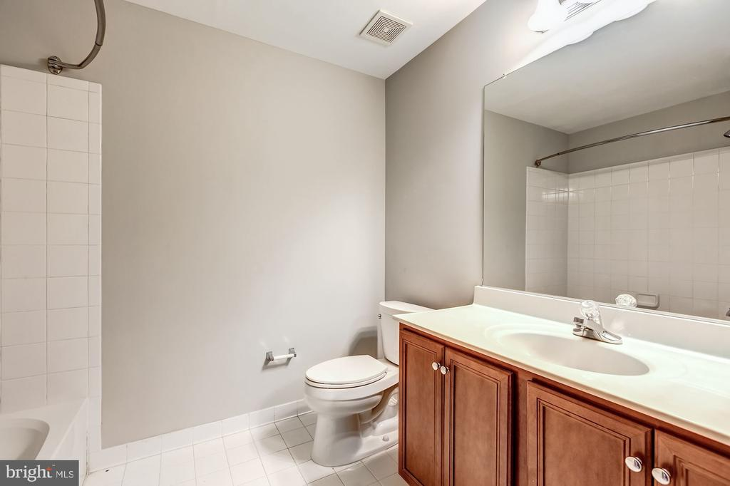 Lower level full bath - 19999 BELMONT STATION DR, ASHBURN