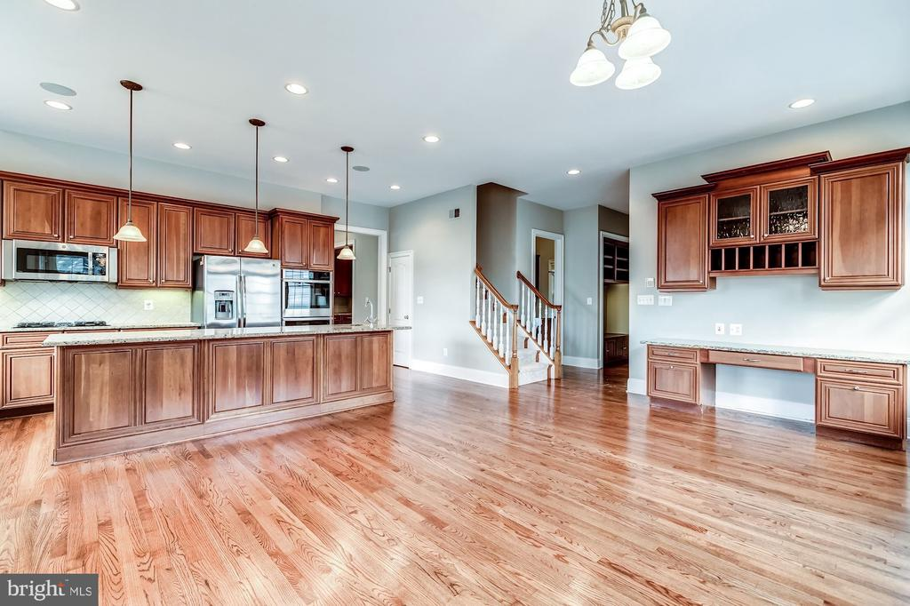 Stunning gourmet kitchen w/ hardwood floors - 19999 BELMONT STATION DR, ASHBURN