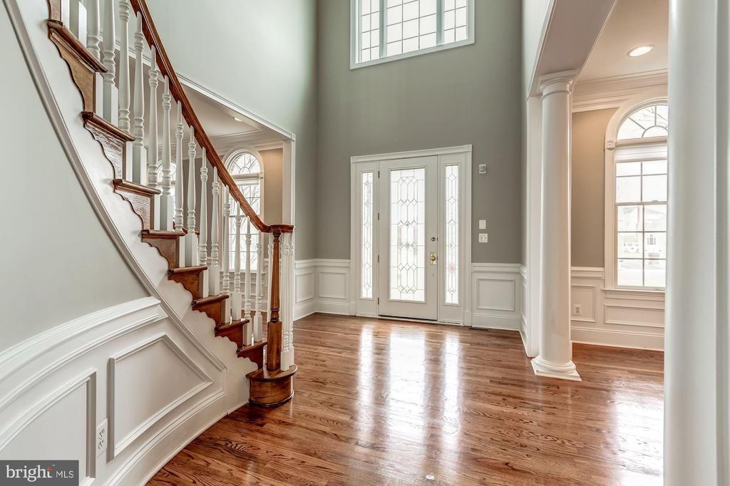 2 story foyer with curved hardwood staircase - 19999 BELMONT STATION DR, ASHBURN