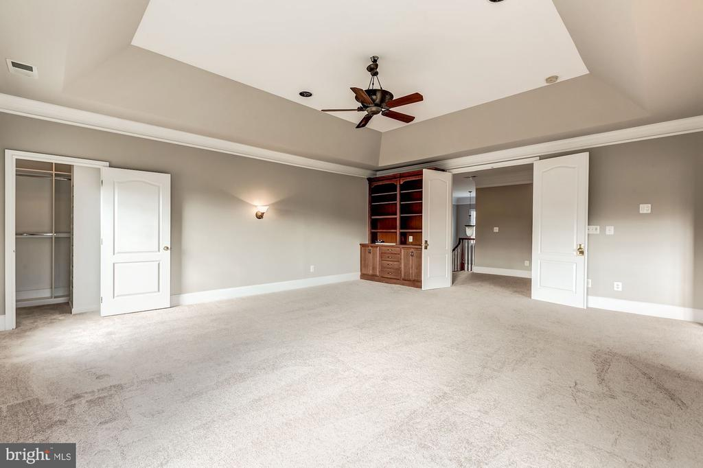 Enormous master suite with tray ceilings - 19999 BELMONT STATION DR, ASHBURN