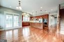 Light filled kitchen with walk in pantry - 19999 BELMONT STATION DR, ASHBURN