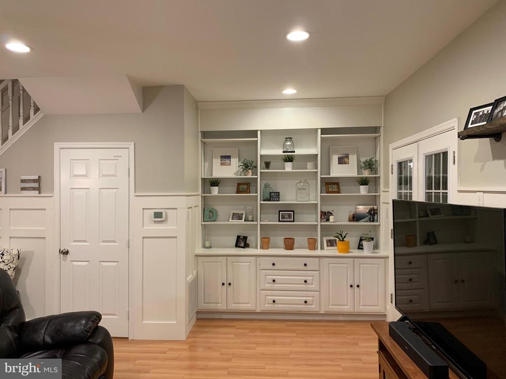 Family room with beautiful built-in cabinets - 505 BRECKINRIDGE SQ SE, LEESBURG