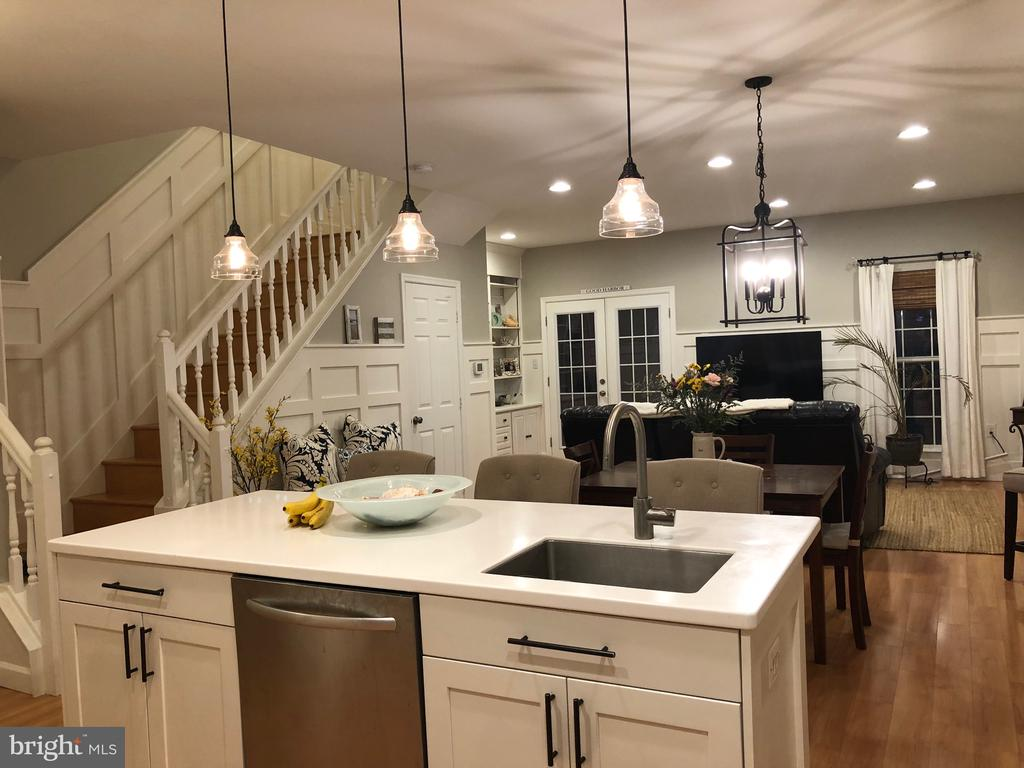 Lovely open floor plan with updated kitchen - 505 BRECKINRIDGE SQ SE, LEESBURG