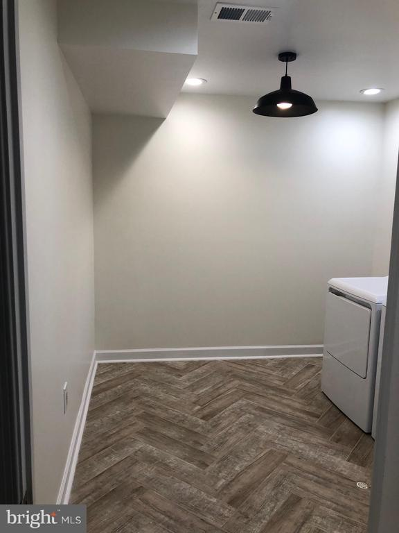 Herringbone tile floors in laundry room - 505 BRECKINRIDGE SQ SE, LEESBURG