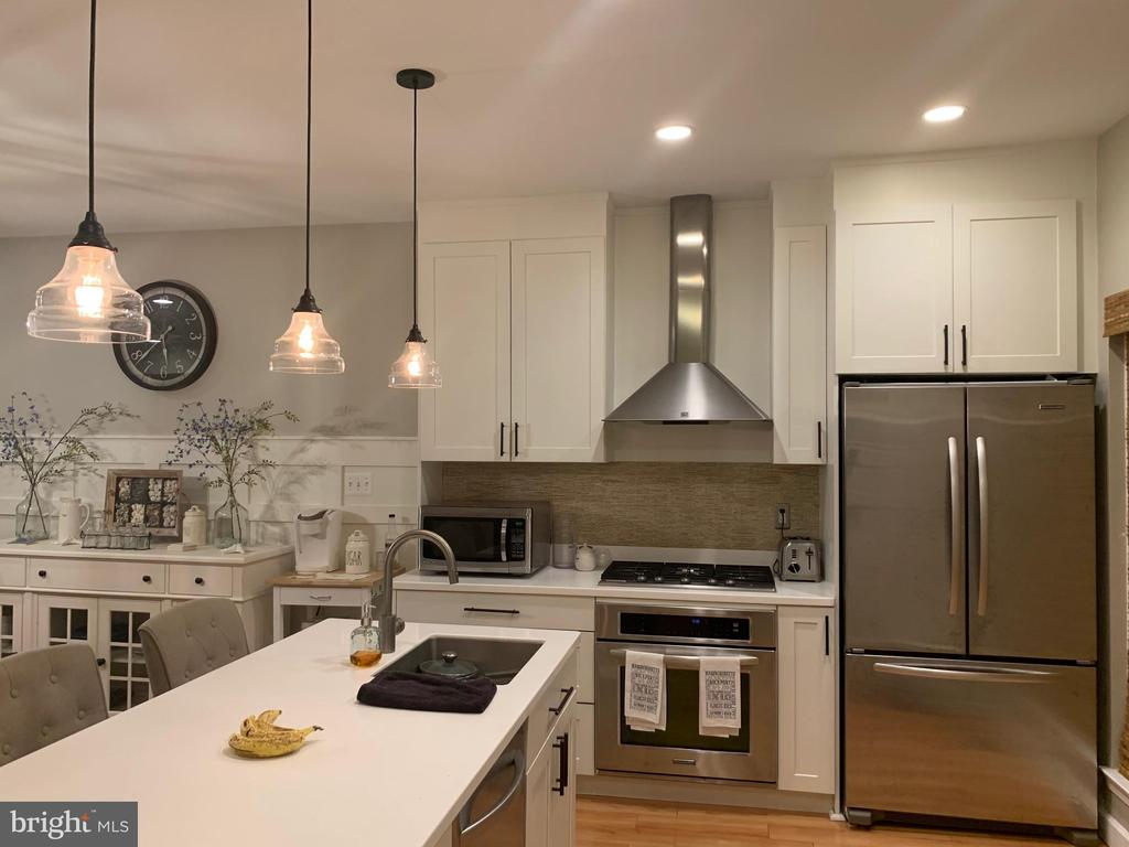 Stunning kitchen with upgraded SS appliances - 505 BRECKINRIDGE SQ SE, LEESBURG
