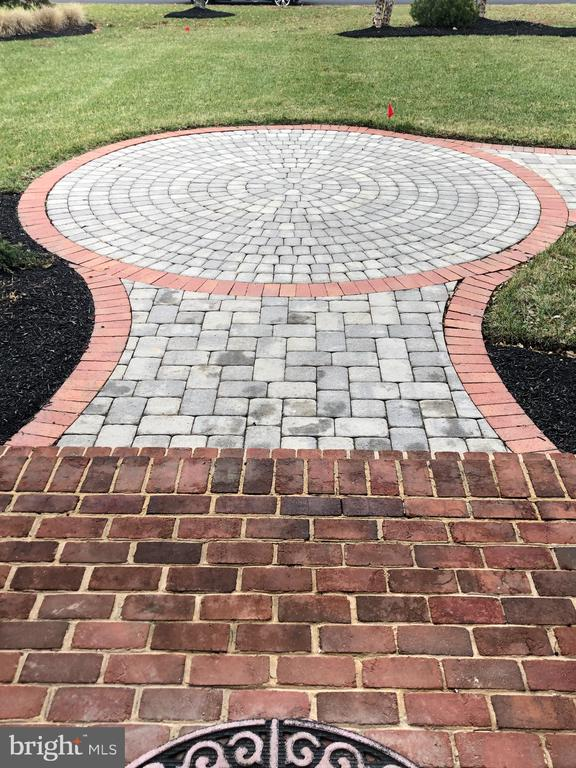 Beautiful hardscape including paved entryway - 19999 BELMONT STATION DR, ASHBURN