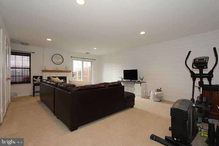 Spacious recreation room with fireplace - 505 BRECKINRIDGE SQ SE, LEESBURG