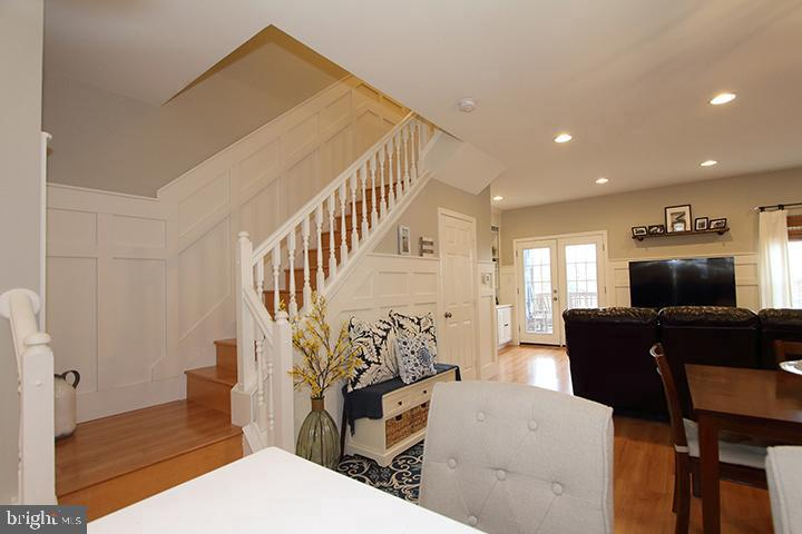 Staircase going up to the upper level - 505 BRECKINRIDGE SQ SE, LEESBURG