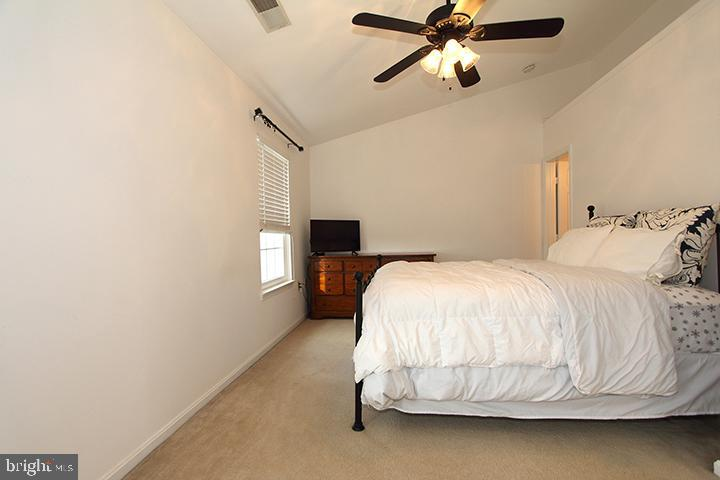 Large master bedroom with vaulted ceilings - 505 BRECKINRIDGE SQ SE, LEESBURG