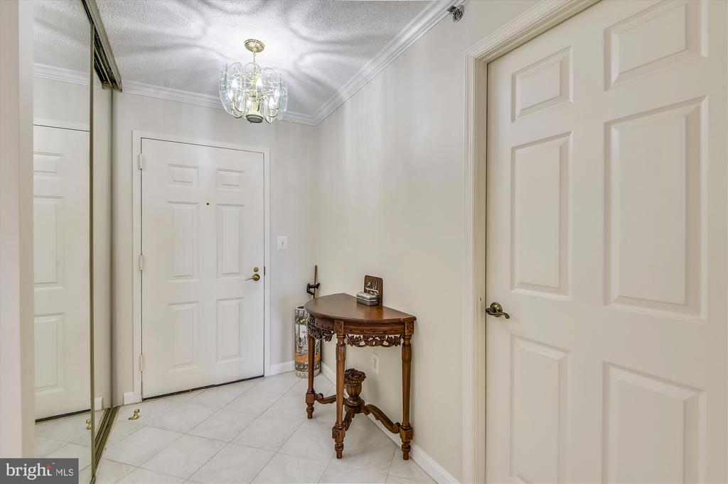 Foyer with tile and large closet. - 19385 CYPRESS RIDGE TER #920, LEESBURG