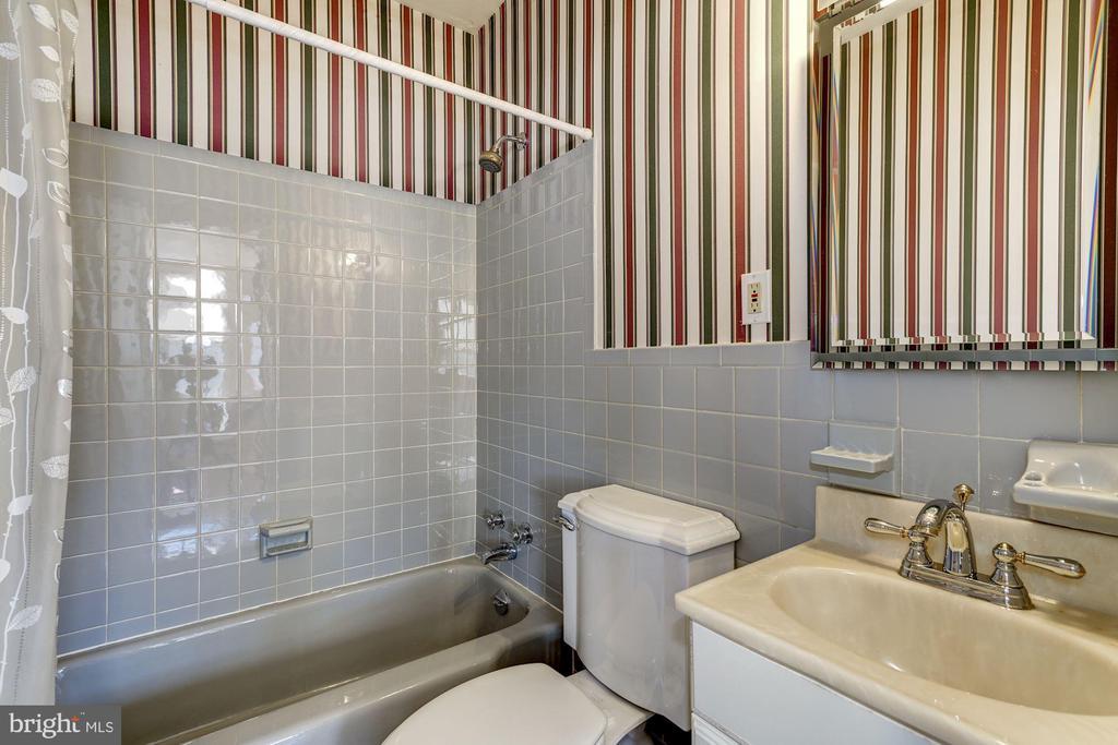Full Bath on the Main Level - 4858 ALBEMARLE ST NW, WASHINGTON