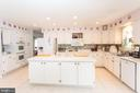 Large island  and great cabinet space - 20687 BROADWATER CT, STERLING