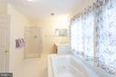 Separate shower - 20687 BROADWATER CT, STERLING