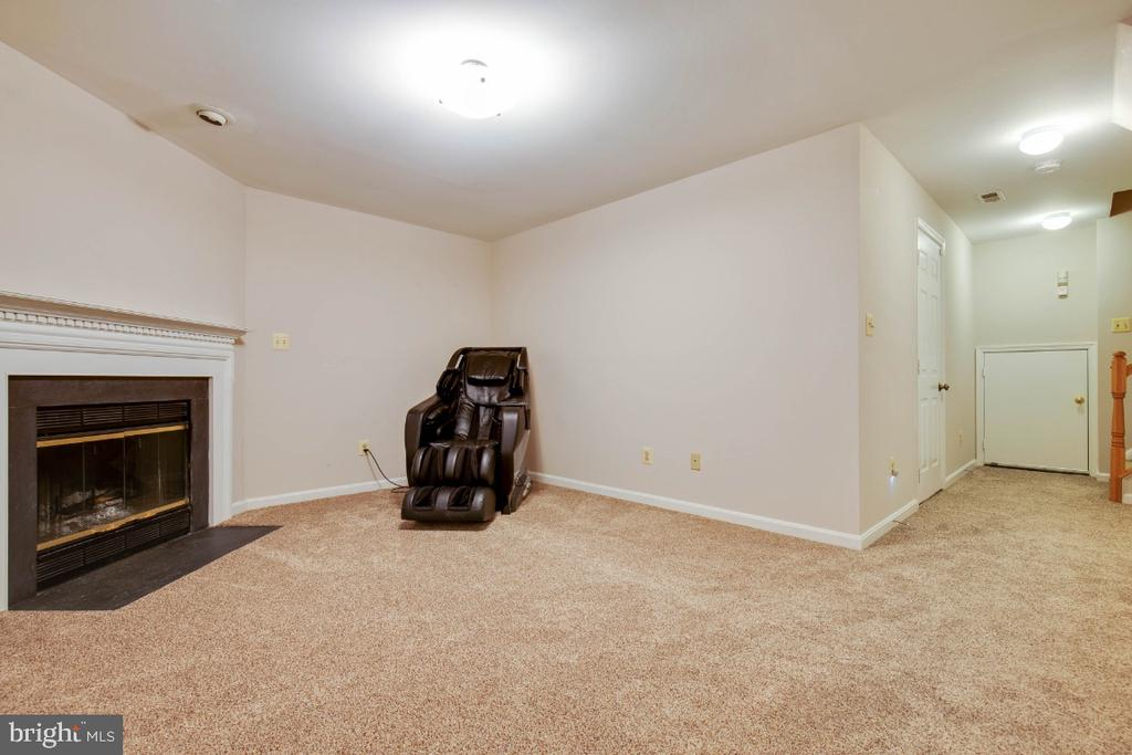 Cozy family room with fireplace ! - 395 S PICKETT ST, ALEXANDRIA