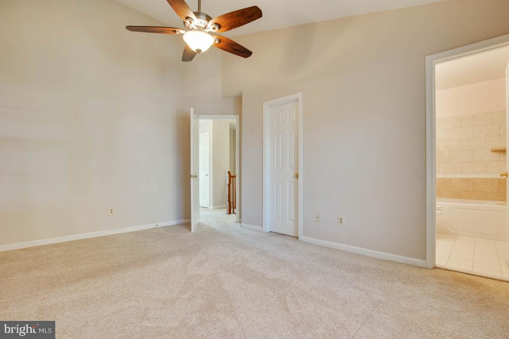 Another view of master bedroom - 395 S PICKETT ST, ALEXANDRIA