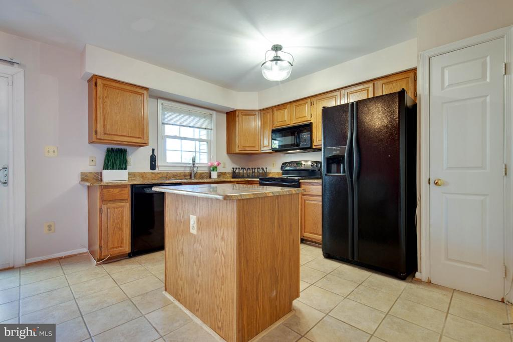 Kitchen island and pantry - 395 S PICKETT ST, ALEXANDRIA