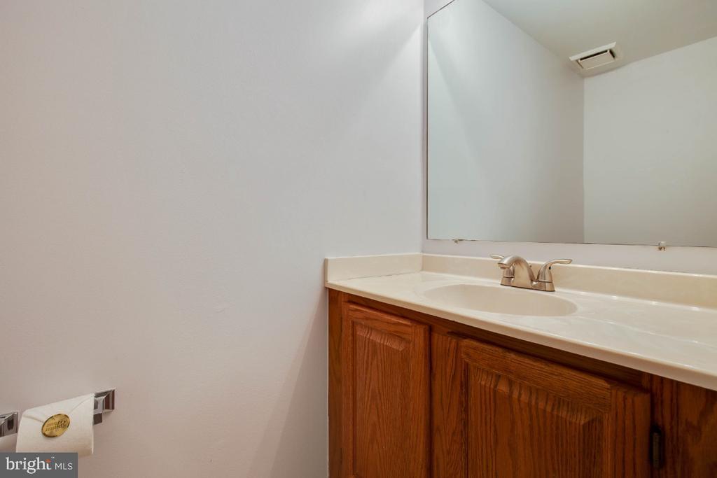 Basement powderroom - 395 S PICKETT ST, ALEXANDRIA