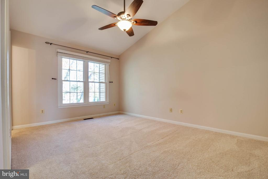 Master bedroom with vaulted ceiling ! - 395 S PICKETT ST, ALEXANDRIA