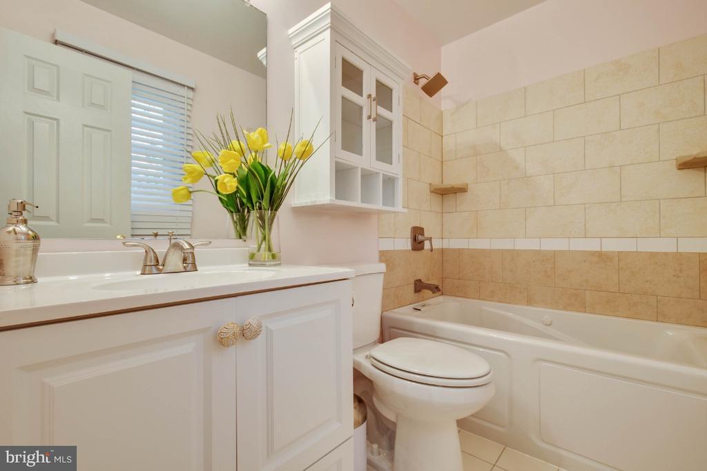 Master bath with soaking tub. - 395 S PICKETT ST, ALEXANDRIA