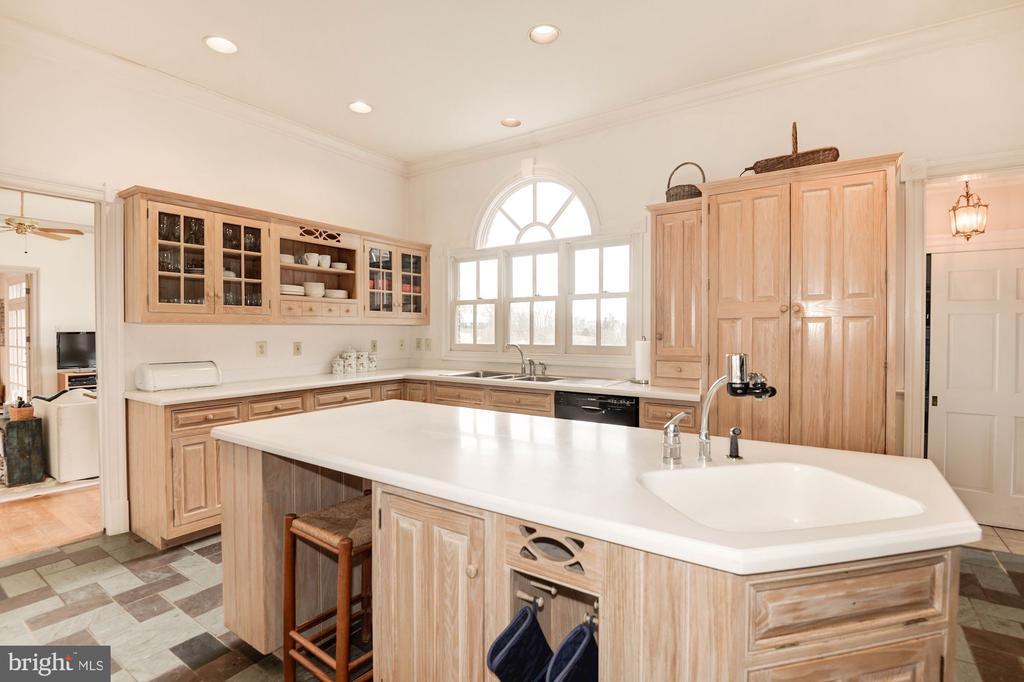 Kitchen with Island - 20252 UNISON RD, ROUND HILL