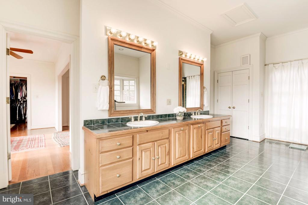 Custom double sink vanity - 20252 UNISON RD, ROUND HILL