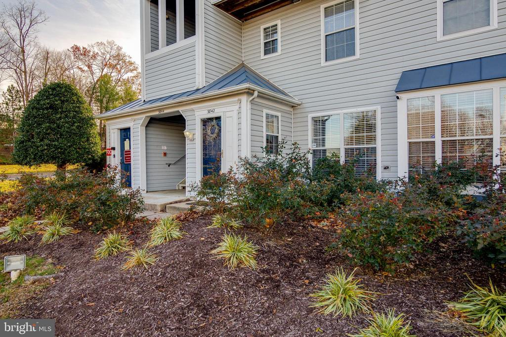 Landscaping you don't have to worry about! - 3842 CLORE PL, WOODBRIDGE