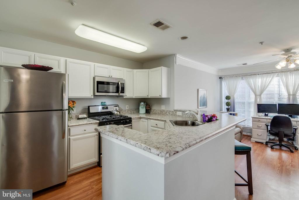 Updated kitchen - open and lots of counter space - 3842 CLORE PL, WOODBRIDGE