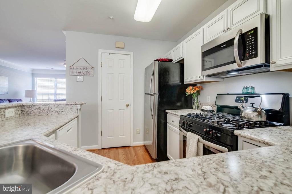 Updated kitchen - 3842 CLORE PL, WOODBRIDGE