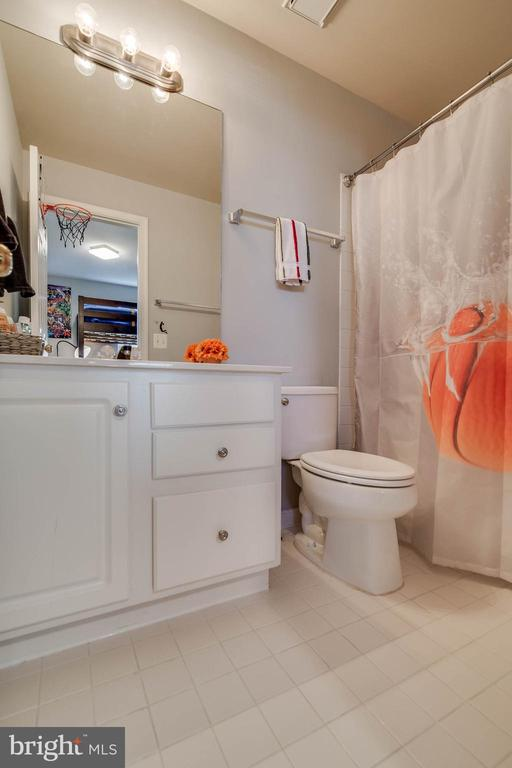 Full bath in the second master bedroom - 3842 CLORE PL, WOODBRIDGE