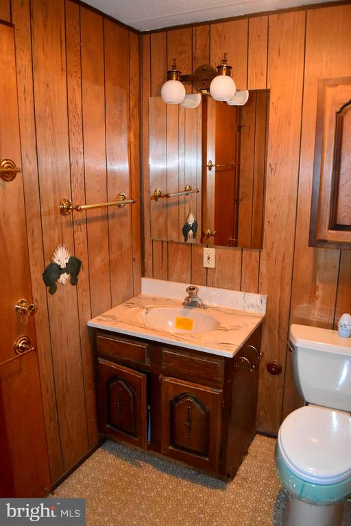 Full Bath with entry from hallway or kitchen - 208 MUSKET LN, LOCUST GROVE