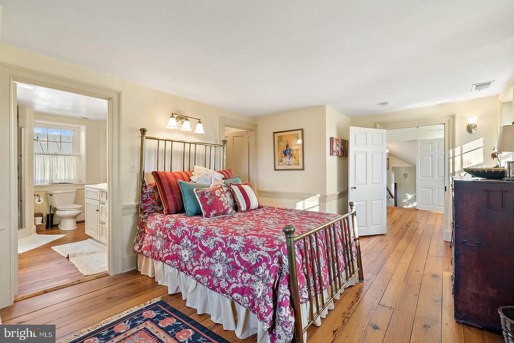 second floor bedroom with shared bath - 20775 AIRMONT RD, BLUEMONT