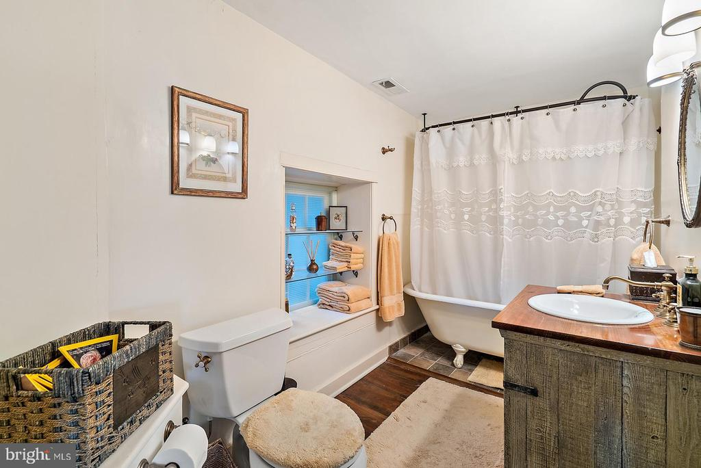 full bath with claw foot tub - 20775 AIRMONT RD, BLUEMONT