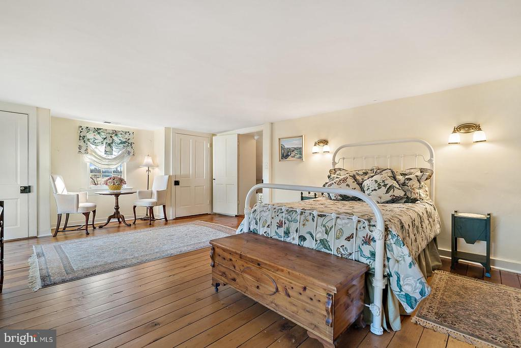 large bedroom with 2 closets and full bath - 20775 AIRMONT RD, BLUEMONT