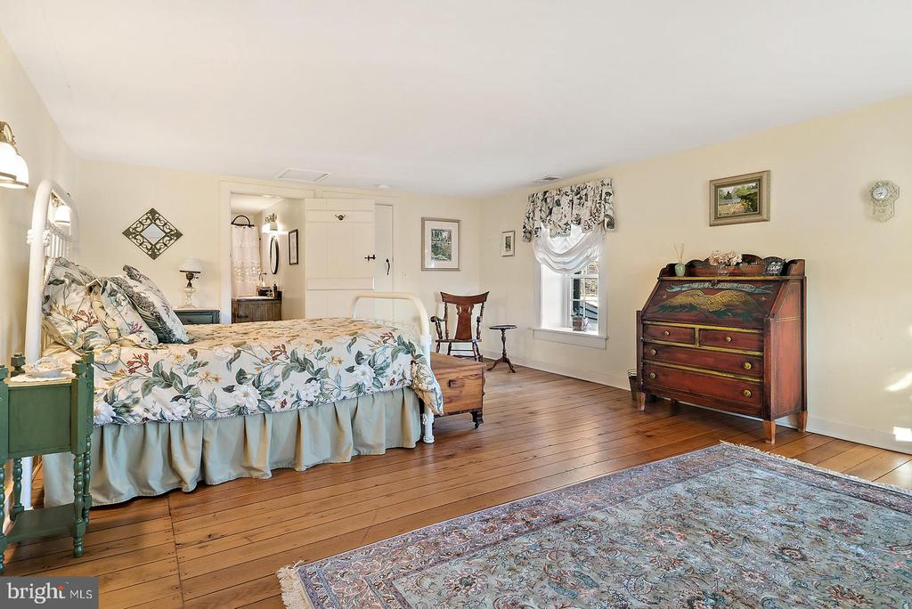 lovely bedroom with back staircase access - 20775 AIRMONT RD, BLUEMONT