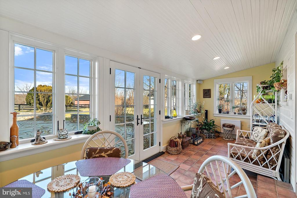 beautiful, sunny breakfast room - 20775 AIRMONT RD, BLUEMONT