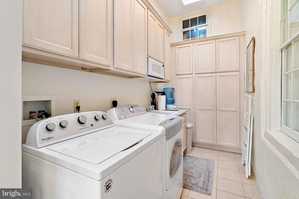 nice laundry room in master suite - 20775 AIRMONT RD, BLUEMONT