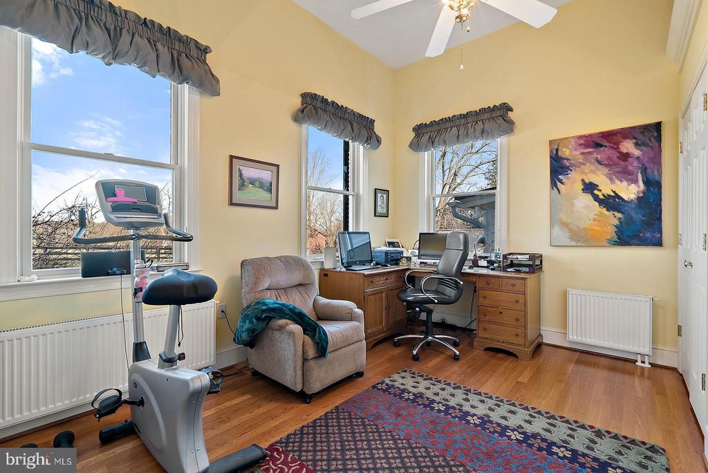 master suite office or 2nd bedroom - 20775 AIRMONT RD, BLUEMONT